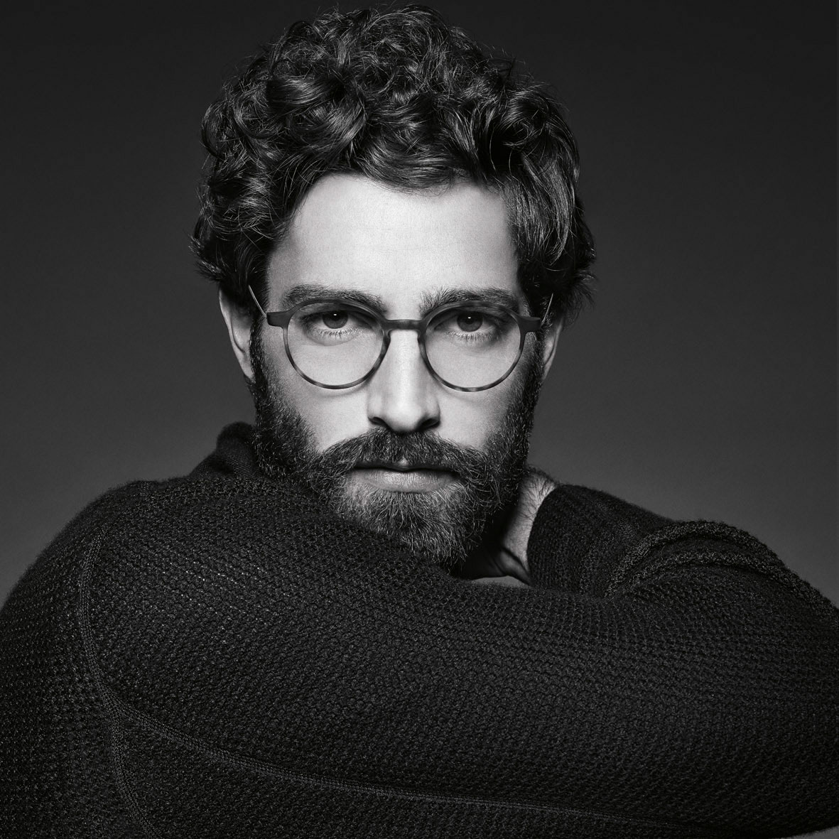 69283fc33afbba Ook spotten we heel wat fijne kunststof monturen. Deze voelen uitermate  licht en comfortabel aan. Giorgio Armani brillen vormen een perfecte  aansluiting bij ...
